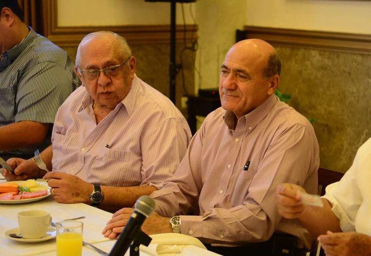 El presidente de los hoteleros, Ricardo Dájer Nahum (der.), dijo que es necesario promover en Europa los sitios turístico de Yucatán. (Milenio Novedades)
