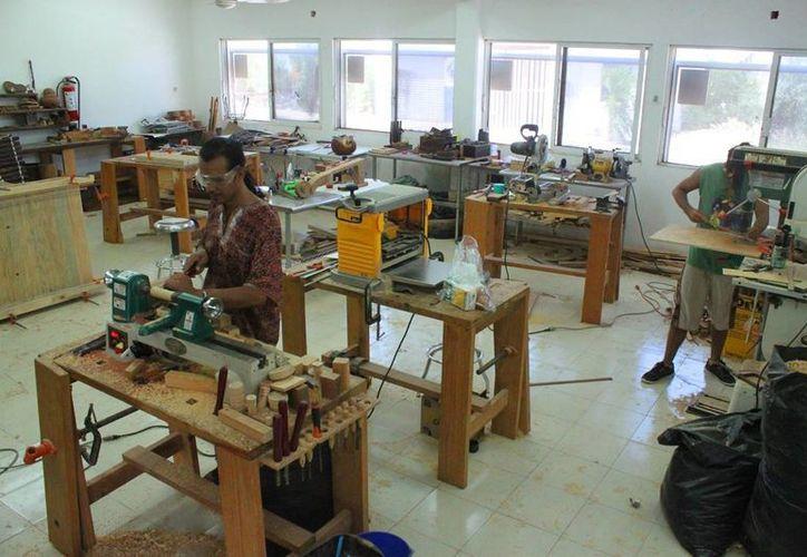 El taller de carpintería del Centro Comunitario de la colonia 28 de Julio es gratuito. (Daniel Pacheco/SIPSE)