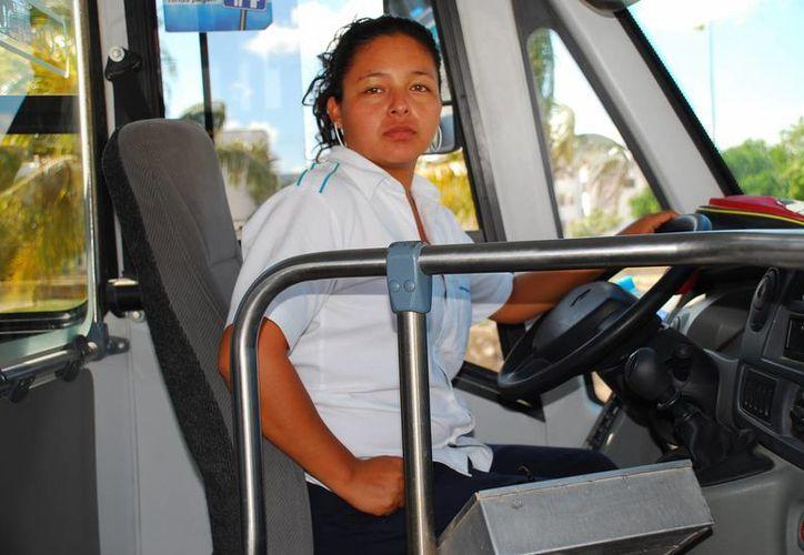De los mil 950 operadores que trabajan para el municipio de Benito Juárez, Autocar tiene asalariadas a 12 mujeres. (Israel Leal/SIPSE)