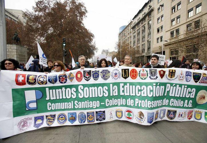 Se indicó que unos 50 mil profesores participaron en la movilización en la capital chilena. (EFE)