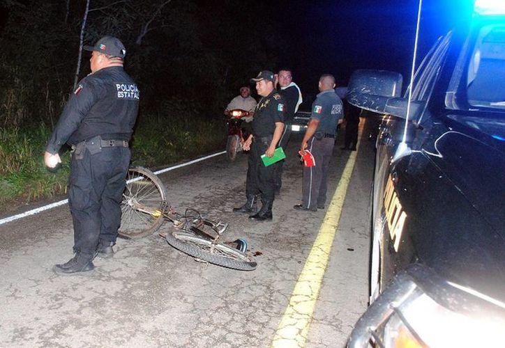 El tramo carretero Tizimín-Kikil  fue cerrado momentáneamente mientras se auxiliaba a los heridos del choque entre un motociclista y un ciclista. (Milenio Novedades)
