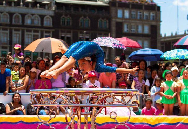 Un grupo de jóvenes en contra del maltrato animal se hizo presente alrededor del fugaz circo en el Zócalo, pero el ánimo del público no decayó. (Notimex)