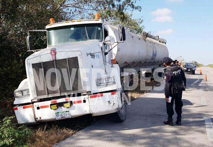 Un camión de volteo de la empresa Crío se salió de la carretera esta mañana. (Novedades Yucatán)