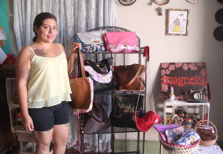 """Bajo el nombre de """"Magnolia"""", Romina Canul Escalante propone bolsos de diferentes materiales con estampados y diseños originales. (Milenio Novedades)"""