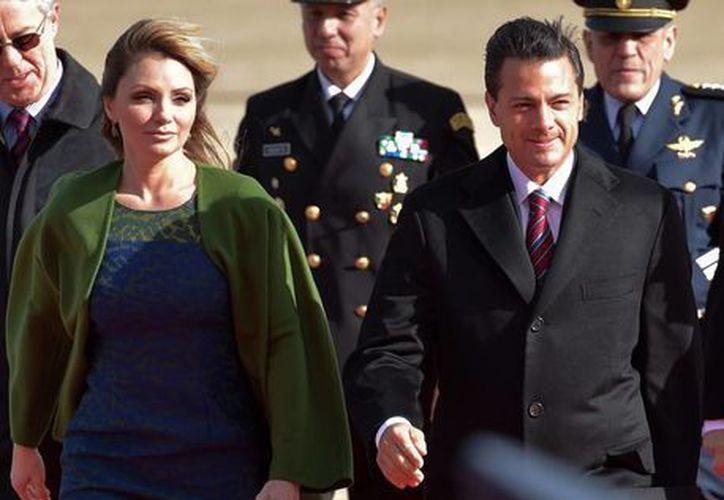 El presidente Enrique Peña Nieto, arribó esta madrugada acompañado de su esposa, Angélica Rivera de Peña, al Aeropuerto Internacional de Heathrow en Londres. (Notimex)