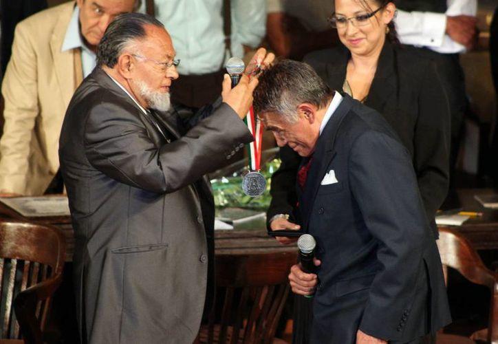 El actor Héctor Suárez recibiendo uno de los dos reconocimientos. (Notimex)
