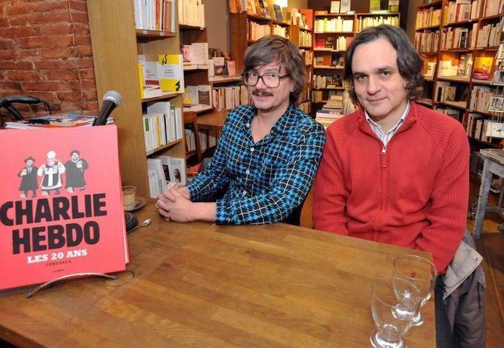Fotografía de archivo de 2012 en la que se muestra a los caricaturistas Renald Luzier (i), conocido como Luz, junto a Laurent Sourisseau (d), de seudónimo Riss. (EFE)