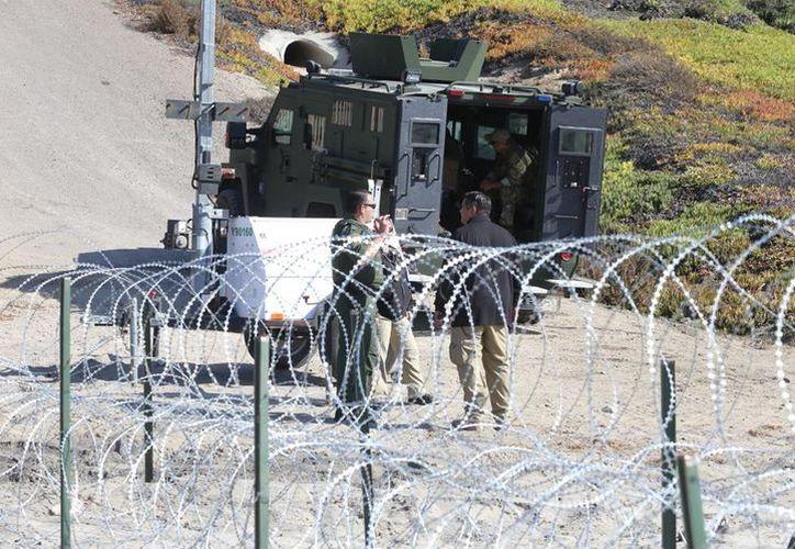 El muro fronterizo quedó reforzado con alambre de púas desde la semana pasada. (milenio.com)
