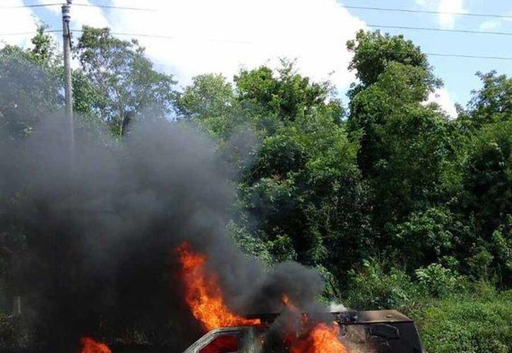 La unidad quedó literalmente reducida a cenizas luego de que fue asaltada. (Manuel Salazar/SIPSE)