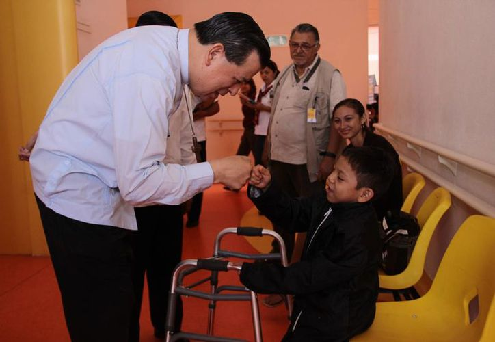 El Arzobispo Gustavo Rodríguez Vega se dijo feliz por haber encontrado en el Crit Yucatán a tanta gente entregada. En la foto, con un cálido saludo a un paciente. (Jorge Acosta/SIPSE)