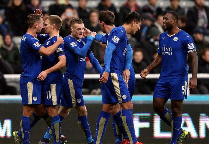 Con una victoria de 3-0 sobre Newcastle, el Leicester City se convirtió este sábado en el nuevo líder de la Premier League con 28 puntos. (AP)