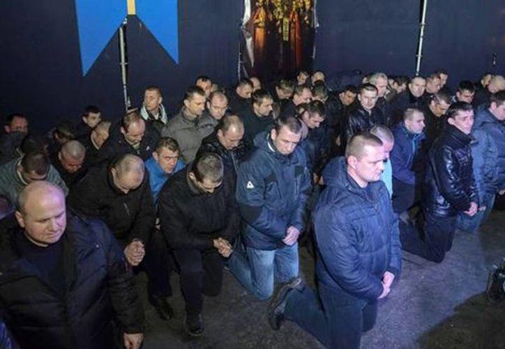 Al menos cien policías antidisturbios fueron los que pidieron perdón y aseguraron que siempre estarán del lado del pueblo. (Reuters)