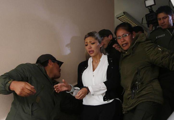 Gabriela Zapata (c) ex pareja de Evo Morales, es custodiada a su llegada a la Corte en La Paz, Bolivia, el 28 de febrero de 2016. La mujer se encuentra en la cárcel de Obrajes, en la Zona Sur de La Paz, desde la semana pasada. (Foto: AP/Juan Karita)