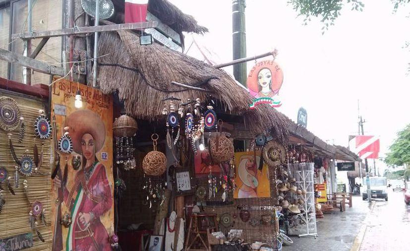 Continúan el ordenamiento de los comercios callejeros en Tulum. (Archivo/SIPSE).