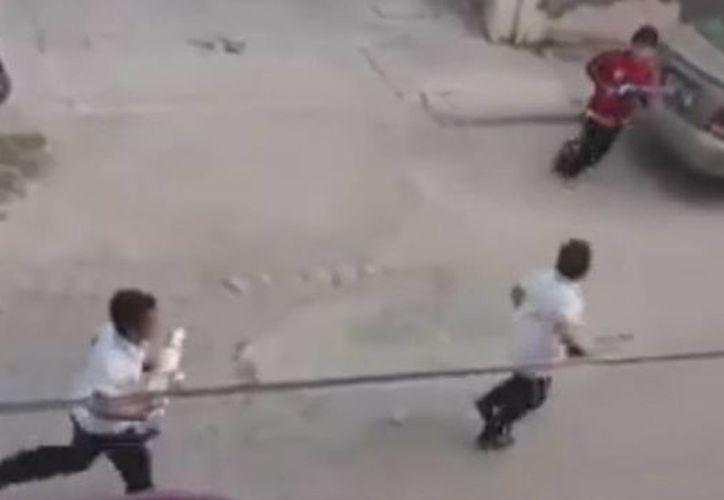 Niños juegan a atrapar al narcotraficante Joaquín Guzmán, 'El Chapo'. (Captura de video de Youtube)