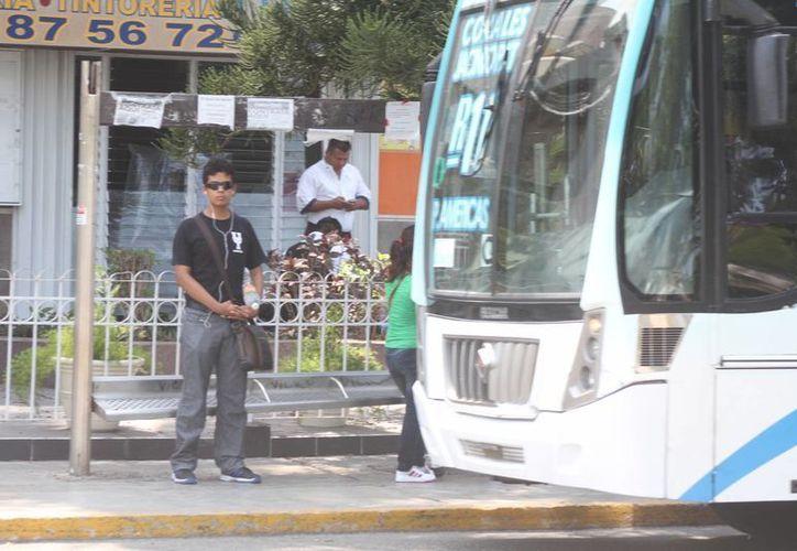 Algunos paraderos del centro de la ciudad generan caos vial. (Sergio Orozco/SIPSE)