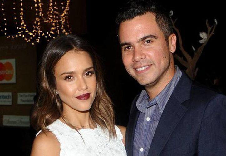 """Jessica Alba y su esposo Cash Warren, protagonistas de """"una noche de copas, una noche loca"""" que tuvo que detener la policía. (huffingtonpost.com)"""