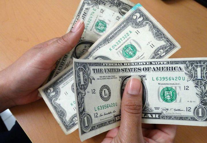 El billete verde se disparó en la madrugada, luego moderó sus ganancias. El tipo de cambio del dólar llegó hoy a 21.50 pesos. (Archivo/SIPSE)