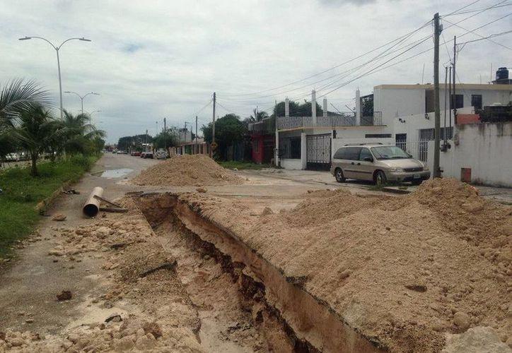 CAPA realiza trabajos para la reparación del desfonde registrado sobre la avenida Maxuxac con 4 de marzo. (Redacción/SIPSE)