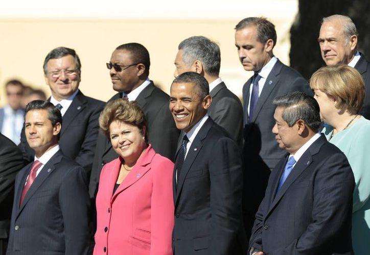 La presidente de Brasil, Dilma Rousseff (de rosa) aparece flanqueada por los mandatarios de México y EU afuera del Palacio Konstantin en San Petersburgo. (Agencias)