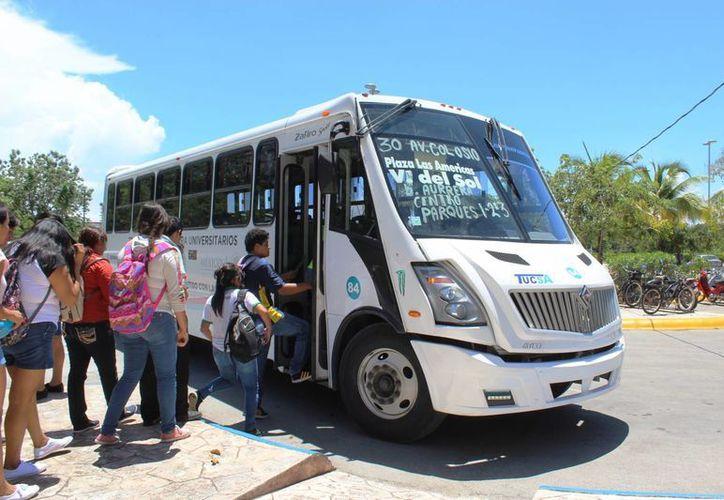 Sólo cuentan con un camión para trasladarlos a la Uqroo y al centro; se requieren $1.3 millones para resolver el problema. (Octavio Martínez/SIPSE)