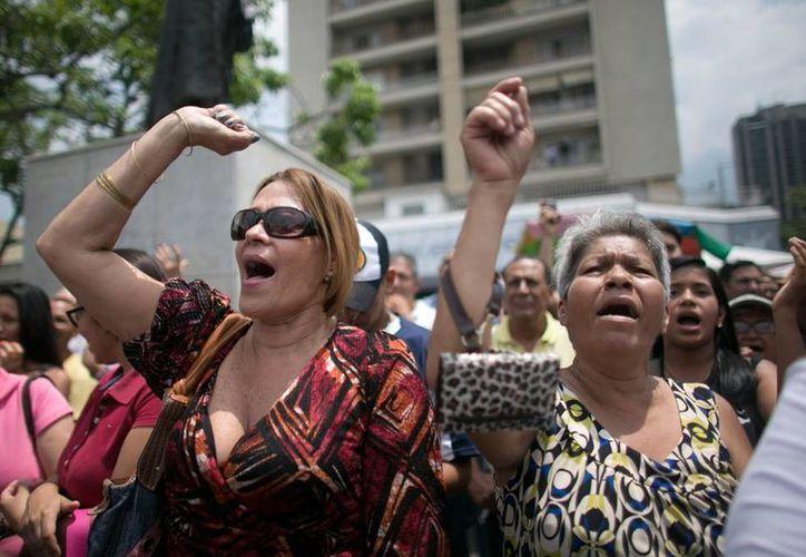 Venezolanos protestan en las calles contra las decisiones macroeconómicas del presidente Nicolás Maduro, que han hundido en la crisis al pueblo. (Archivo/AP)