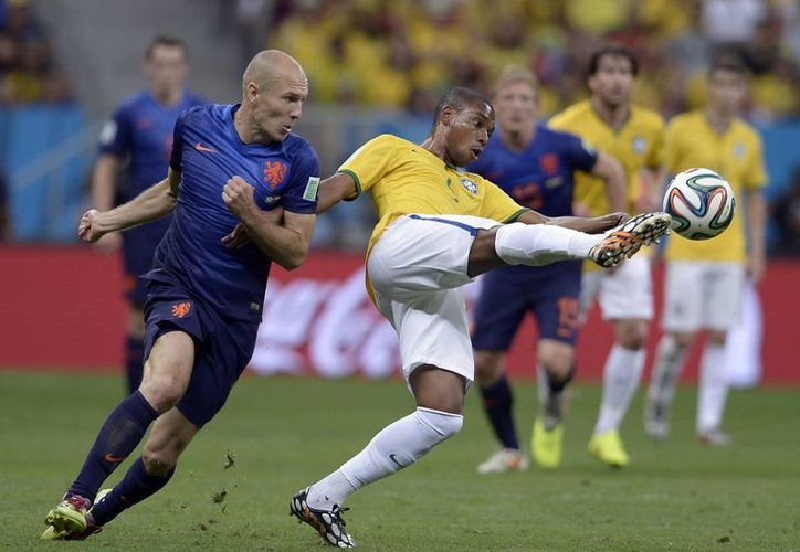 Robben (i) fue una pesadilla para prácticamente todos los defensas en el Mundial de Brasil. (Foto: AP)