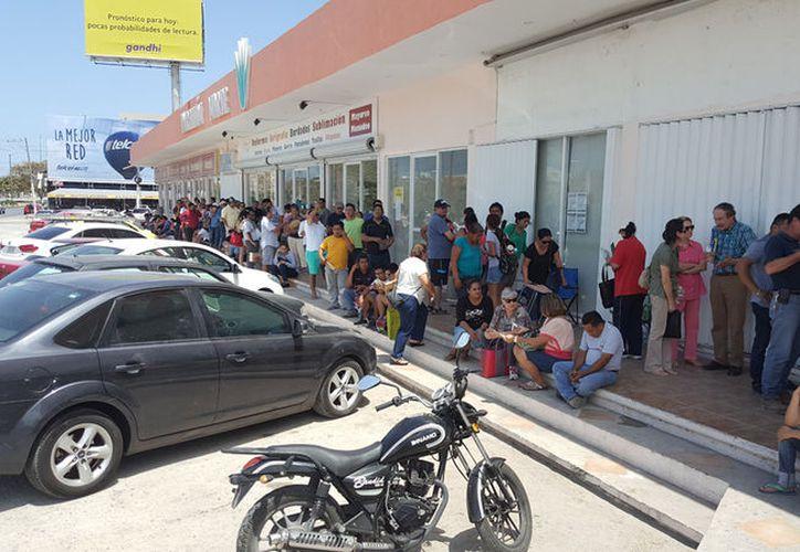 Desde temprana hora llegan los ciudadanos a la Recaudadora de Rentas. (Jesús Tijerina/SIPSE)
