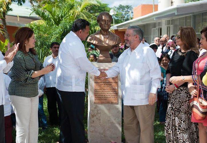 El domingo, Rolando Zapata encabezó la develación del busto de la profesora Amalia Gómez Flota viuda de Aguilar. (Facebook/Gobierno del Estado de Yucatán)