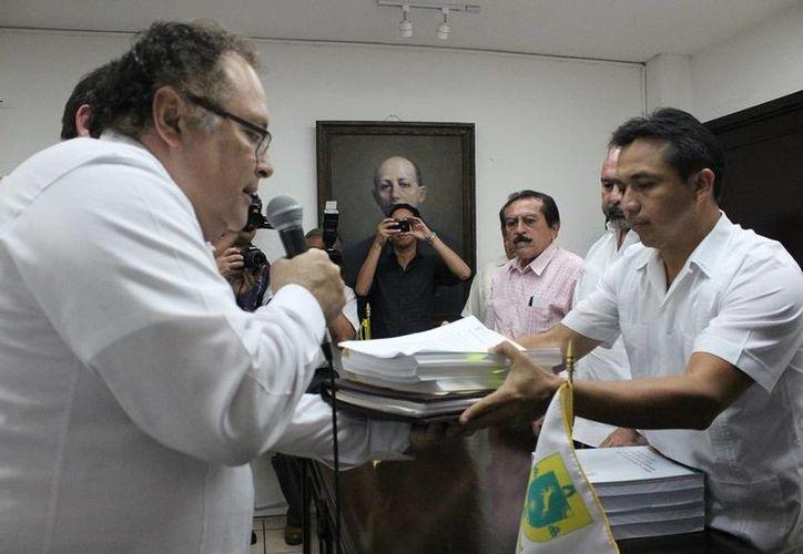 El diputado Rafael Chan Magaña, presidente de la Mesa Directiva del Congreso, recibe la iniciativa del proyecto de paquete fiscal 20015 del Gobierno de Yucatán. (SIPSE)