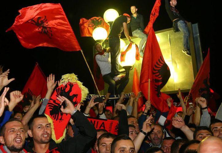 Fans albaneses esperan el arribo de su selección a la capital del país, Tirana, tras haber mostrado en partido de la eliminatoria de la UEFA en Belgrado, Serbia. (Foto: AP)