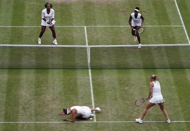 Las hermanas Williams vencieron esté sábado en la final de dobles, en la que Serena consiguió su segundo campeonato del día, ya que horas antes disputó la final de singles, en la cual superó a la zurda alemana Angelique Kerber. (AP)