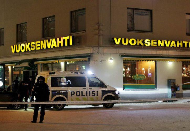 La policía de Imatra custodia la zona donde tres mujeres murieron en un tiroteo afuera de un restaurante en Finlandia. (Hannu Rissanen / Lehtikuva a través de AP)