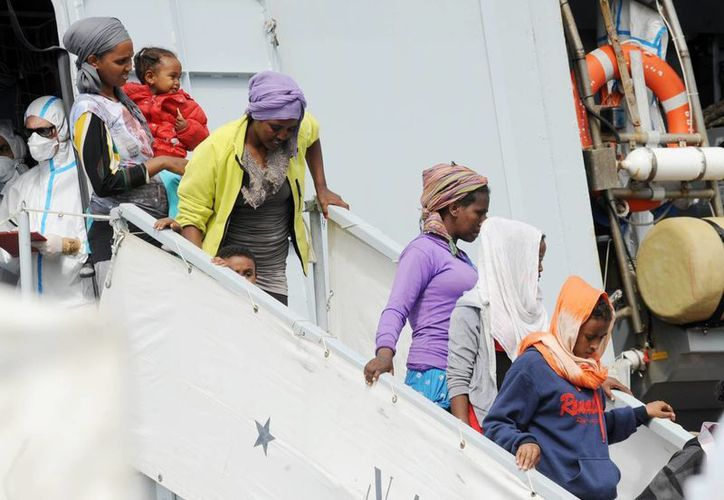 Un grupo de inmigrantes desembarcan desde el buque italiano Armada Bettica en el puerto de Salerno , Italia. (AP Photo/Francesco Pecoraro)