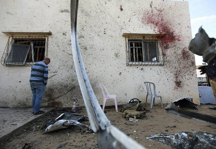 Un hombre observa la pared cubierta de sangre en la localidad de Beit Hanoun (Palestina) donde murieron dos hombres tras un ataque aéreo de Israel. (Archivo/EFE)