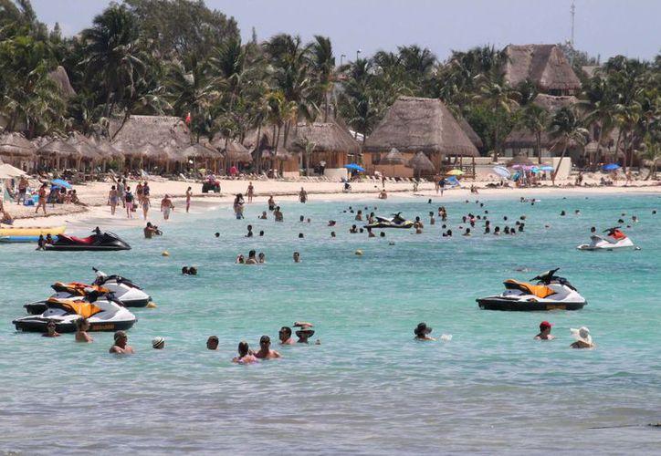 También se atendieron a personas con problemas de calambres y algunas picaduras de aguamala, en las playas que van desde el muelle fiscal hasta Punta Esmeralda. (Adrián Barreto/SIPSE)