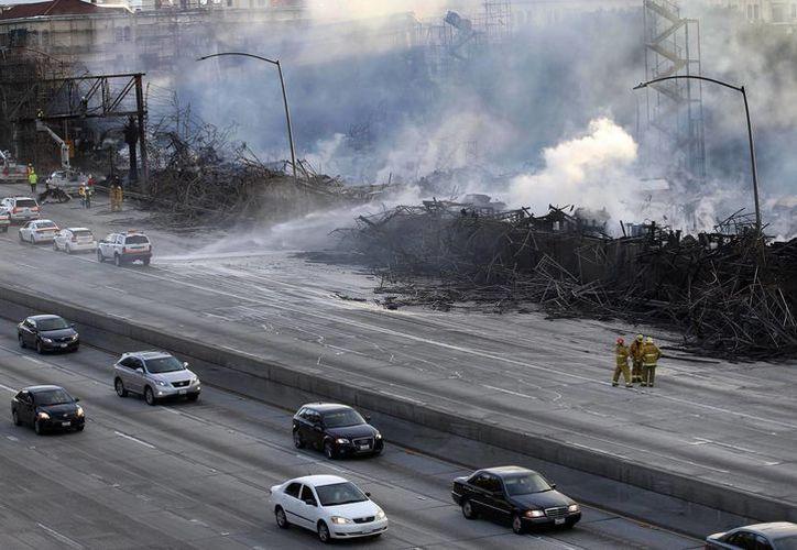 El primer incendio se desató en un sitio en construcción; más de 250 bomberos batallaron contra las llamas. (Agencias)
