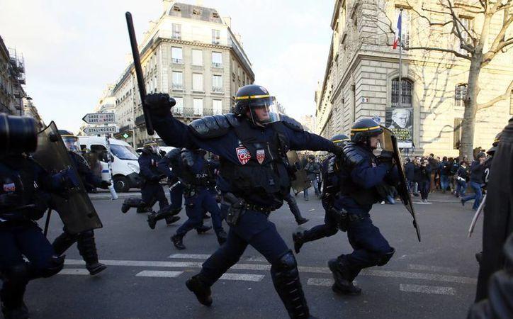 Hace un mes, una violenta detención de un joven negro en París causó una ola de violencia en la capital francesa. (AP Photo/Francois Mori)