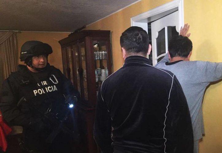 El fiscal General Galo Chiriboga informó de la detención de tres personas con fines de investigación, por el caso Petroecuador. Imagen del operativo en Quito y Esmeraldas, en Ecuador. (@Galo_Chiriboga)