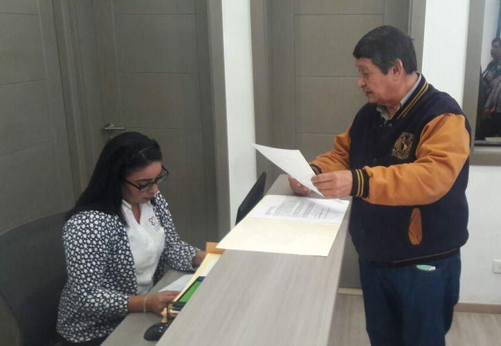 Hugo González Reyes, representantes de la Ugocm, presentó un escrito para solicitar una consulta pública por el caso hotel Gran Solaris Cancún. (Yvette Ycos/SIPSE)
