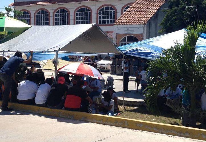 Este fin de semana continuó el plantón de los profesores frente a las oficinas de la Secretaría de Educación y Cultura (SEyC) de Solidaridad. (Adrián Barreto/SIPSE)