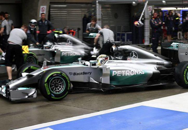 Con la de hoy, Hamilton acumula 34 poles y es cuarto en la lista de pilotos con el mayor número de largadas en primer lugar. (Foto: AP)