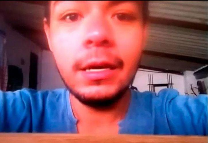 Ernesto Guevara asegura que su madre vende drogas para Los Caballeros Templarios. Pide ayuda porque 'me quiere matar'. (Captura de pantalla)
