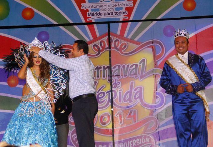 El alcalde Renán Barrera Concha corona a la representante de las fiestas carnestolendas. (Milenio Novedades)