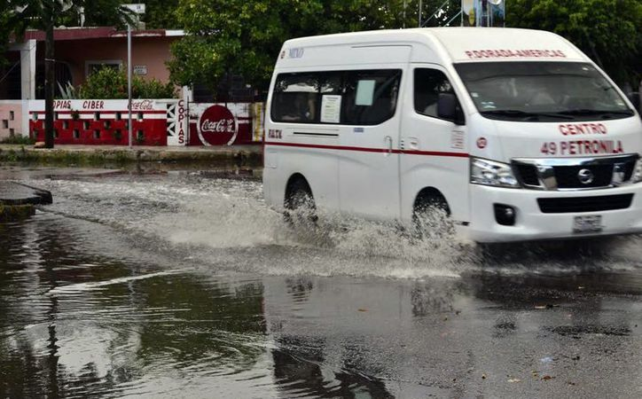 Ayer cayó una lluvia breve en el centro de Mérida. (Daniel Sandoval/Milenio Novedades)