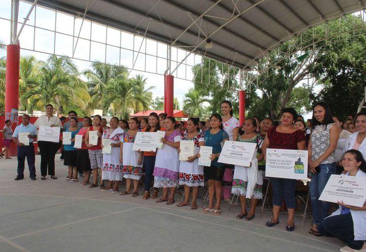 Las amas de casas recibieron sus certificados como promotoras de la salud. (Sara Cauich/SIPSE)