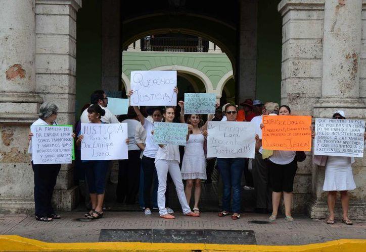 La protesta de familiares, amigos y colegas del psiquiatra Enrique Lara González en el Palacio de Gobierno de Yucatán. (SIPSE)