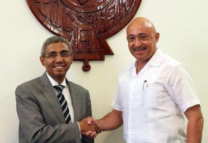 Imagen de la reunión del embajador de Egipto Yasser Shaban y el recto de la Uady José de Jesús Williams. (Milenio Novedades)