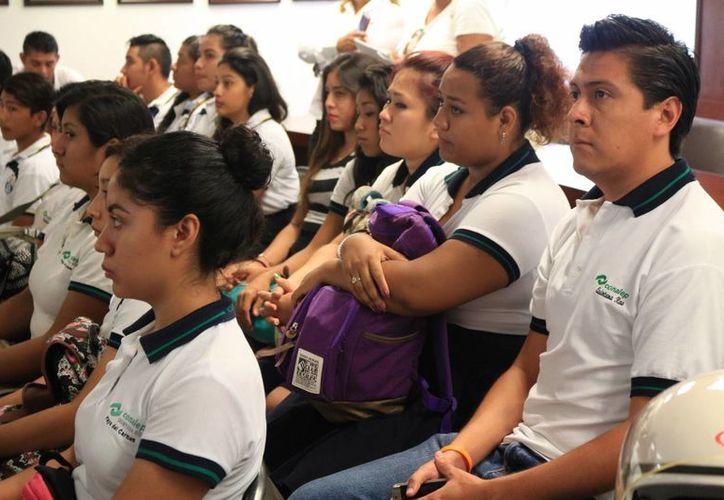 Los estudiantes podrán adquirir una de las 70 becas de transporte que se darán en el municipio. (Adrián Barreto/SIPSE)