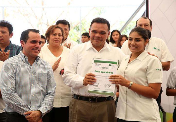 El director general del Conalep, Manuel Carrillo Esquivel, y el gobernador Rolando Zapata Bello, durante la entrega de becas económicas. (SIPSE)